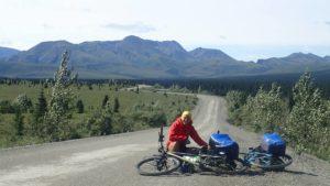 Z rowerem na drodze Alaska